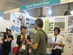 ラムネットJの展示ブースで説明する山口さん(左)と富田さん(右)