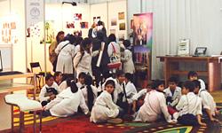 展示会場を訪れたウルグアイの小学生たち