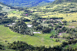 池塘(ちとう:高層湿原の小池)が点在する芳ヶ平湿原