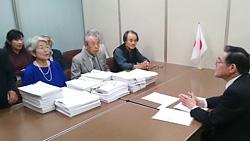 内閣府に署名を提出(10月15日)
