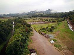 サンル川(左)と建設中の魚道(右端)