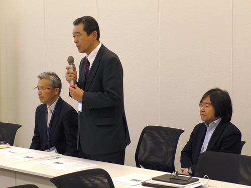 衆議院議員会館での集会で、干拓農地の問題について訴える営農者の松尾公春さん(中央)