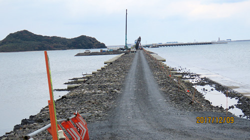 仮設道路が干潟の中央を南北に分断している漁港連絡橋工事