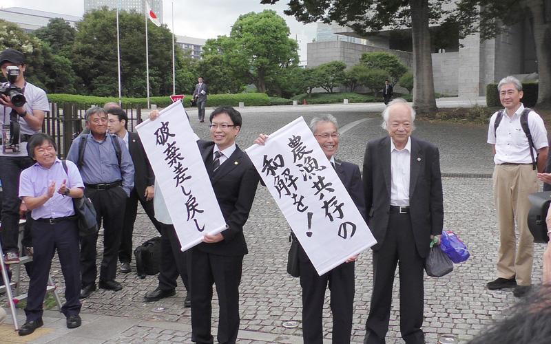 最高裁正門前で判決を伝える原告・弁護団(9月13日)