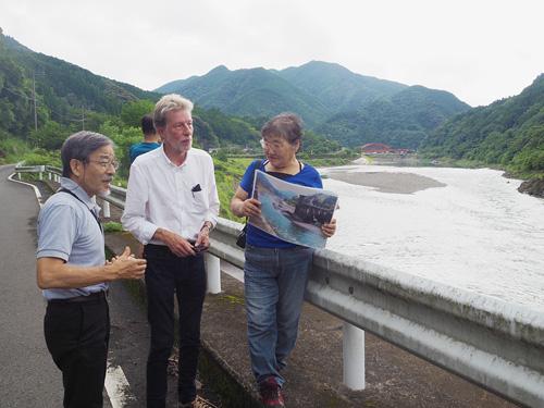 つるさん(右)の説明を受けながら荒瀬ダムの跡地を視察