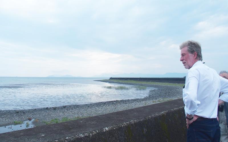 球磨川河口干潟を眺めるデイビッドソンさん