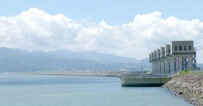 諫早湾干拓の排水門と潮受け堤
