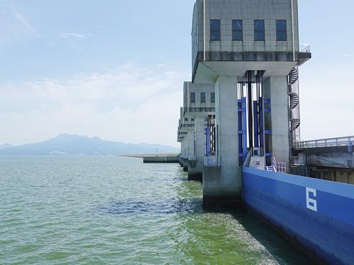 諫早湾の北部排水門と潮受堤防(写真は全て有明海漁民・市民ネットワーク提供)